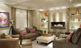 Интерьер уютной гостиной с камином в современном стиле