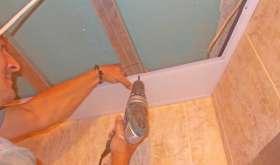 Как сделать потолок в ванной своими руками?