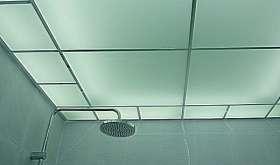 Стеклянный потолок в ванной комнате