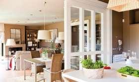 Использование раздвижной перегородки между кухней и гостиной