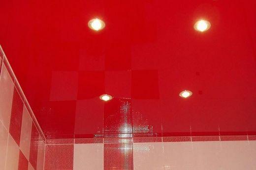 Красный потолок хорошо сочетается с красными стенами