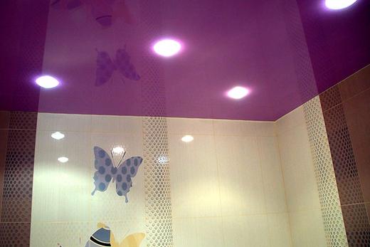 Фиолетовый потолок в ванной комнате