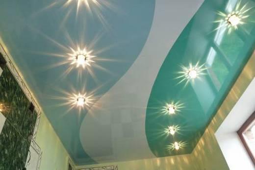 Потолок цвета морской волны в ванной комнате