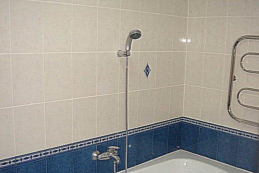 Плитку начинают класть от того угла, в котором стоит ванна