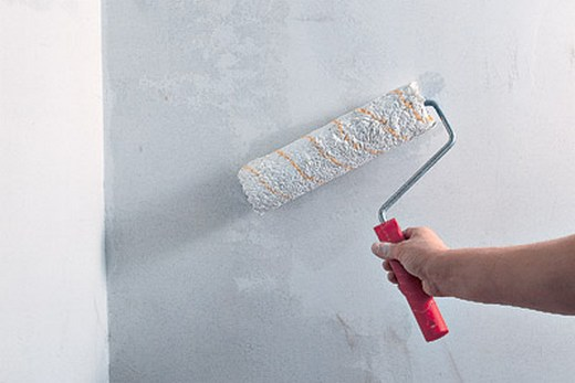 Грунтовка стен валиком перед обшивкой панелями ПВХ