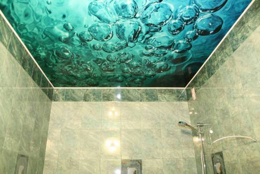 Натяжной потолок, имитирующий поверхность моря, в ванной