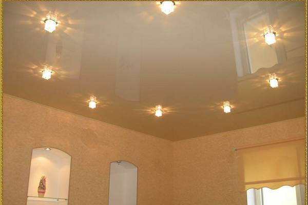 Здесь расстояние между светильниками меньше метра. А все потому, что лампочки находятся в плафонах и светят тусклее
