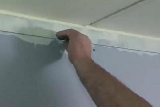 Разметка подвесного потолка в ванной при помощи малярных шнуров