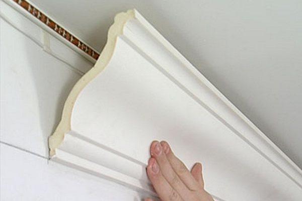 Потолочные плинтусы очень легкие. Поэтому не отвалятся, даже если их приклеить за одну боковину