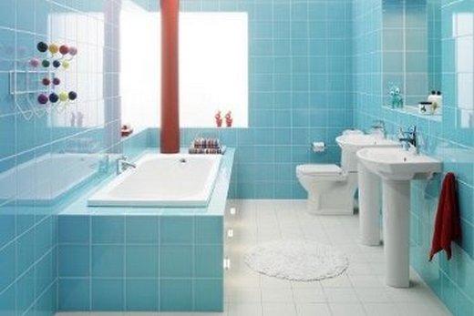 Голубые стены в ванной хорошо сочетаются с белым полом