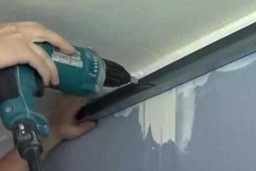 Крепление П-образного профиля дюбелями при монтаже подвесного потолка в ванной