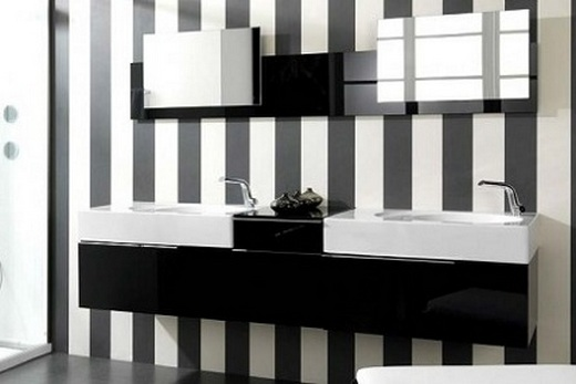 Ванная, облицованная черной и белой плиткой