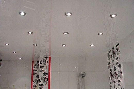 Натяжной потолок помещения с белыми стенами