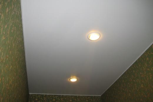Натяжной потолок теплых тонов