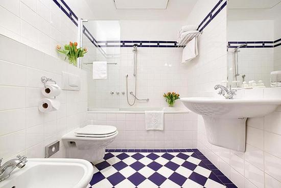 Цветной пол в белой ванной комнате
