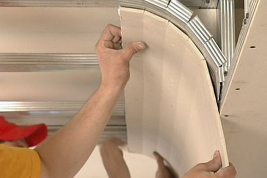Облицовка каркаса потолка гипсокартонными листами