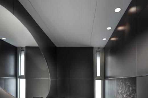 Серебристо-серый цвет потолка зримо расширяет помещение