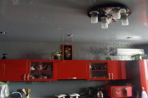 Серый потолок придает помещению ауру нейтральности