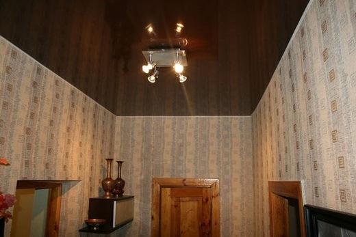 Коричневый потолок хорошо сочетается со многими видами окраски стен