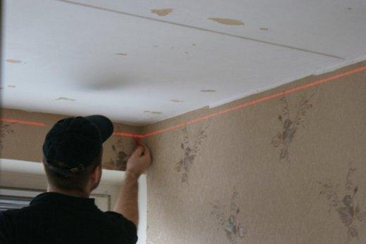 Разметка точек крепления подвесов при подготовке к установке потолка из гипсокартона