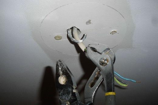 Монтаж крюка в потолке