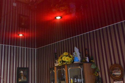 Красный потолок хорошо подходит для кухни и детской