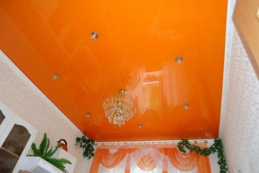 Оранжевый потолок подходит для комнат с окнами на север