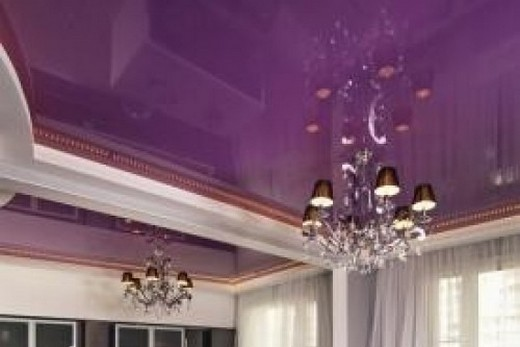 Фиолетовый потолок создает ощущение пышности