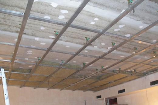 Место для звукоизоляции над подвесным каркасом потолка из гипсокартона