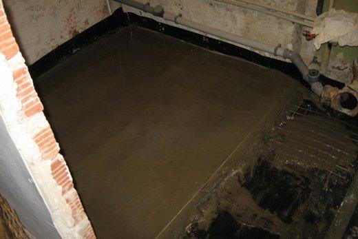 На предварительном этапе на месте расположения ванны делается стяжка