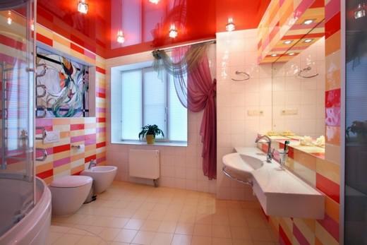 Светополощающий потолок золотисто-оранжевых цветов