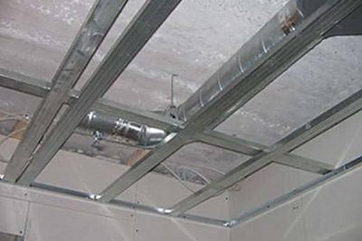 Инженерные коммуникации под основным потолком