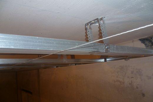 Натягивание лески для разметки потолка