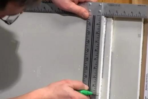 Разметка линии вдоль для резки листа гипсокартона