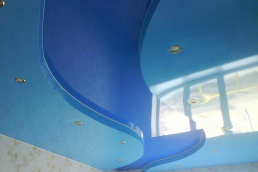 Синий и голубой потолки визуально расширяют помещение