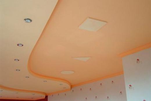 Более темный, чем стены, потолок визуально уменьшает высоту помещения
