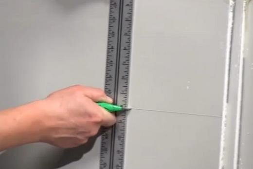 Надрезание листа гипсокартона вдоль