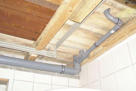 Разводка труб канализации и водоснабжения над подвесным потолком