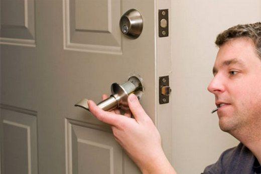 Дверные ручки можно снять при помощи отвёртки