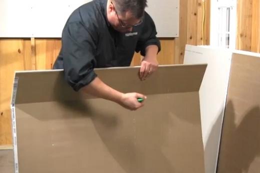 Переламывание гипсокартонного листа по линии надреза