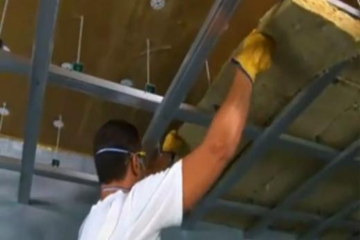 Инсталляция минеральной ваты на каркас потолка