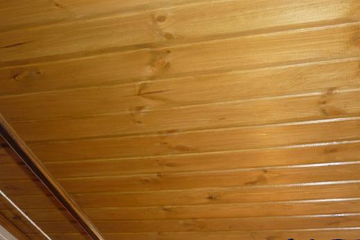 Потолок, сделанный из вагонки, в ванной