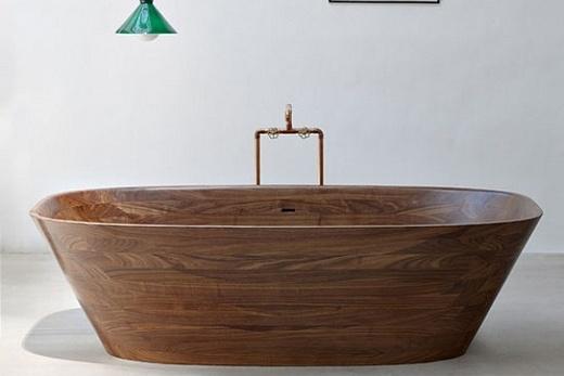 Деревянная ванна в ванной комнате