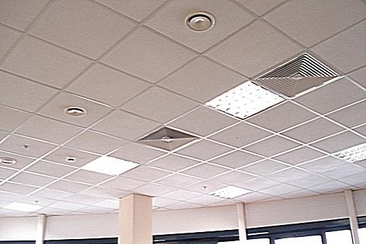 Кассетный потолок напоминает потолок «Армстронг» - тоже кассеты, но из другого материала