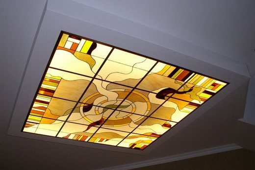 Витражный стеклянный потолок в ванной комнате