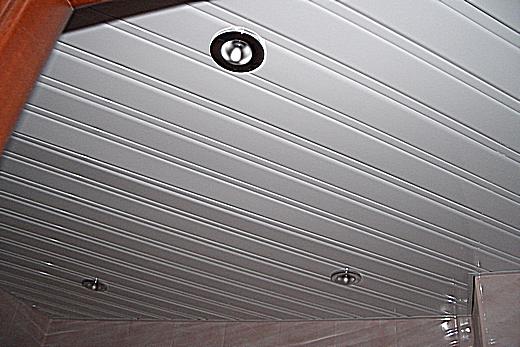 Алюминиевый реечный потолок в ванной комнате