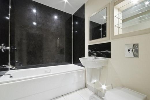 Ванная комната сильно освещена