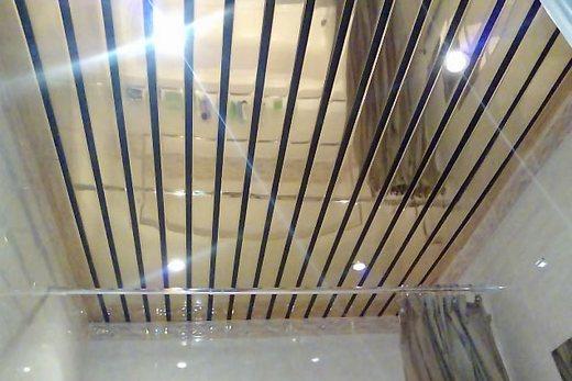 Зеркальный реечный потолок в ванной