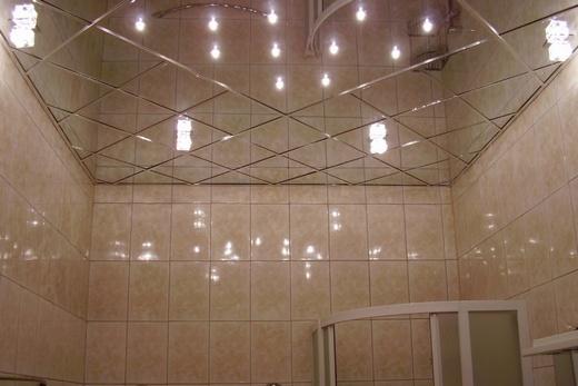 Зеркальный стеклянный потолок в ванной