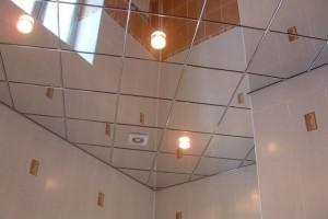 Зеркальный кассетный потолок в ванной комнате